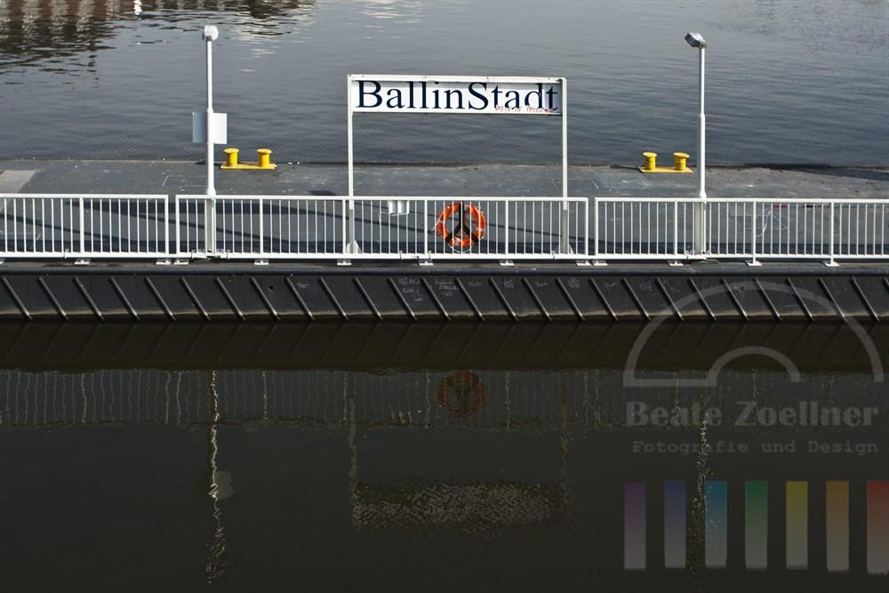 Schiffs-Anleger Ballinstadt im Müggenburger Zollhafen. Die Circle-Line fährt mit ihren Barkassen fahrplanmäßig den Anleger an