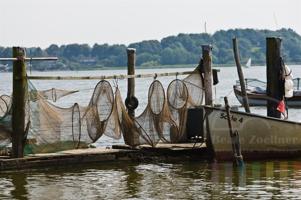 Fischeridylle an der Schlei bei Schleswig, Netze hängen zum Trocknen an hölzernen Gestellen