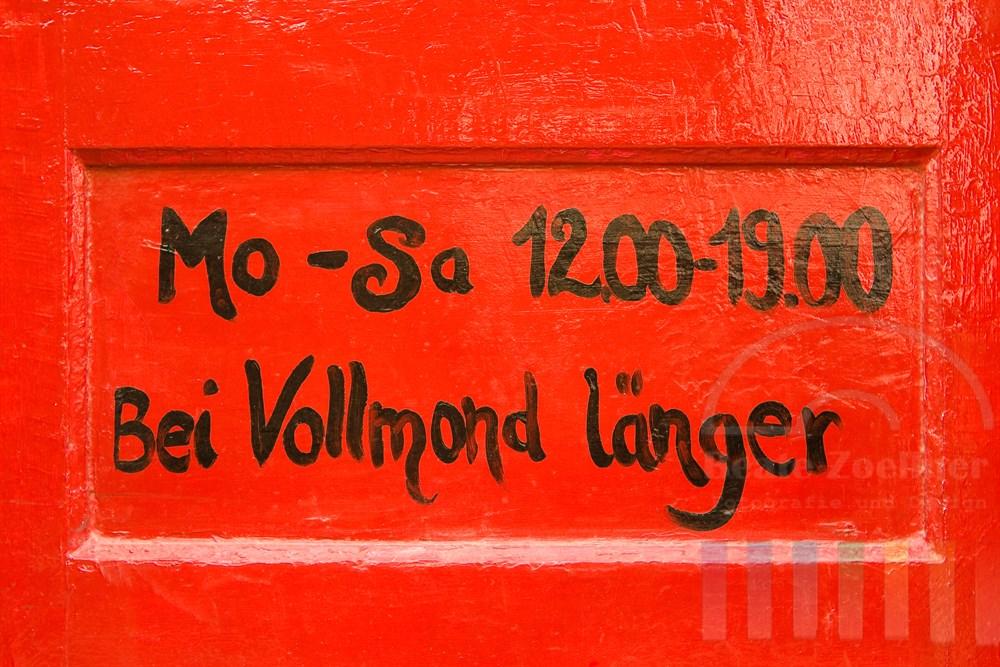 """Detail der Tür des """"Hexenladens"""" im Hamburger Karoviertel mit den ungewöhnlichen Öffnungszeiten"""