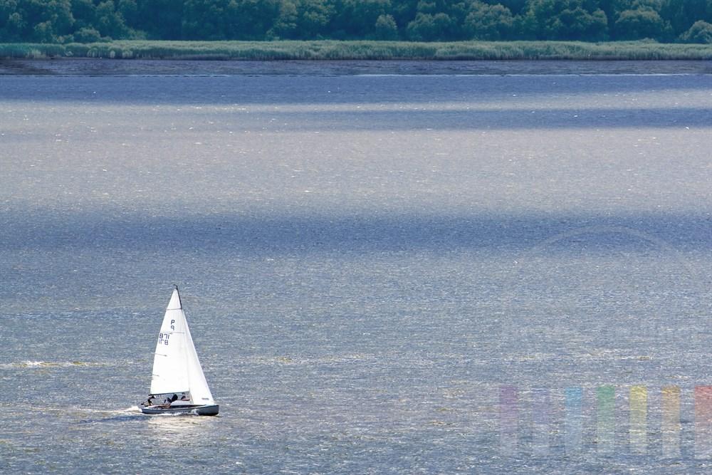 Kajüt-Segelboot kreuzt auf der Elbe im Mühlenberger Loch vor dem Hamburger STadtteil Blankenese