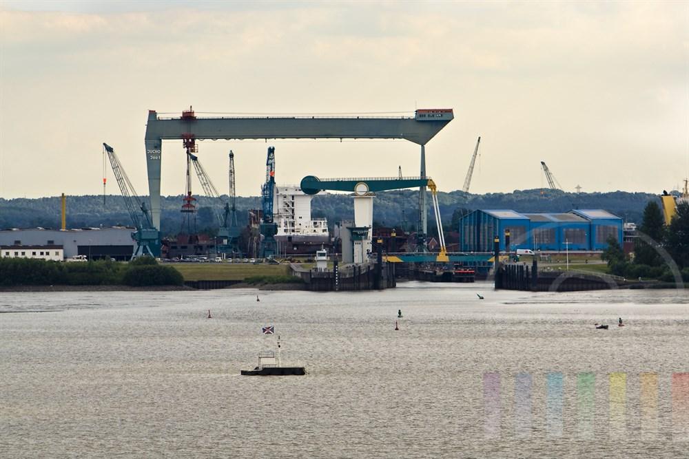 Blick von Hamburg-Blankenese über die Elbe auf das Este-Sperrwerk in Hamburg-Cranz und die Sietas-Werft. Dort entsteht gerade ein Schiffsneubau