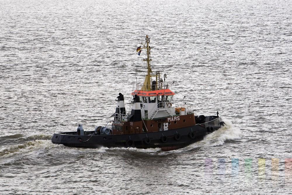 Der Bugsier-Schlepper Mars ist auf der Elbe vor Hamburg unterwegs zu seinem nächsten Auftrag