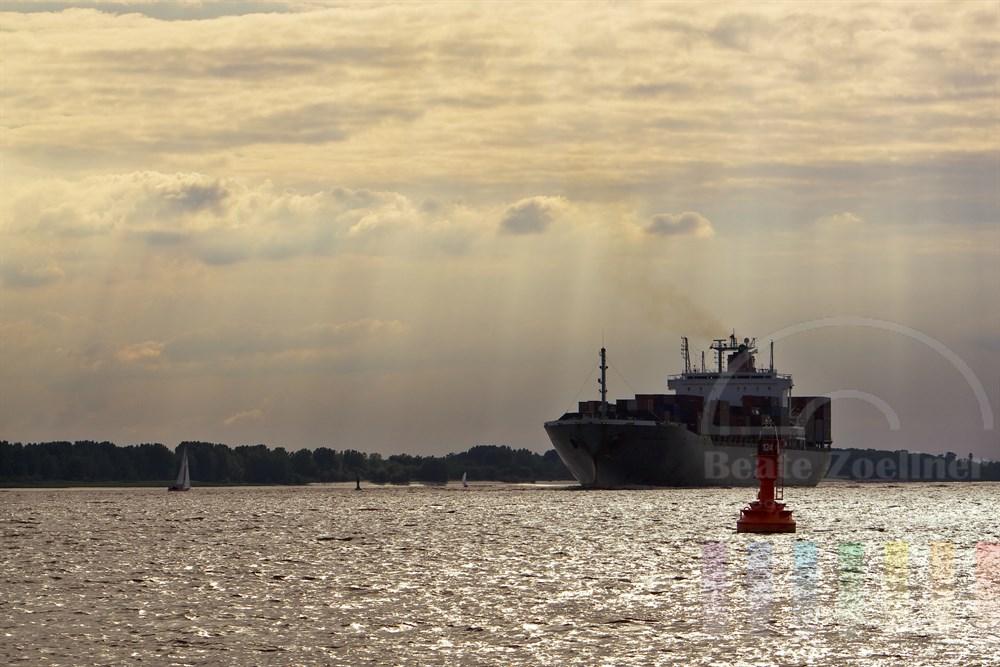 Abendstimmung: Containerfrachter fährt auf Elbe und steuert den Hamburger Hafen an