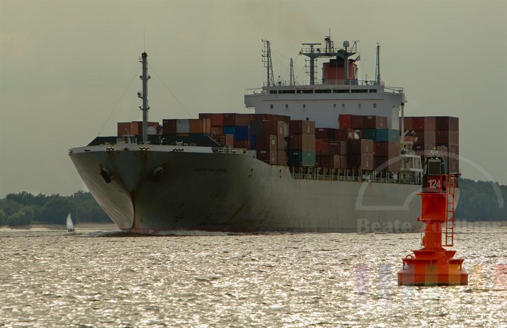 """Das Containerschiff """"Manhattan Bridge"""" steuert den Hamburger Hafen an, Abendstimmung,"""
