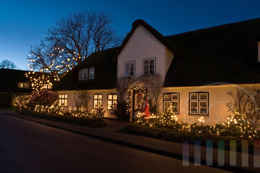 weihnachtlich geschmücktes Friesenhaus in Keitum/Sylt. Abendstimmung