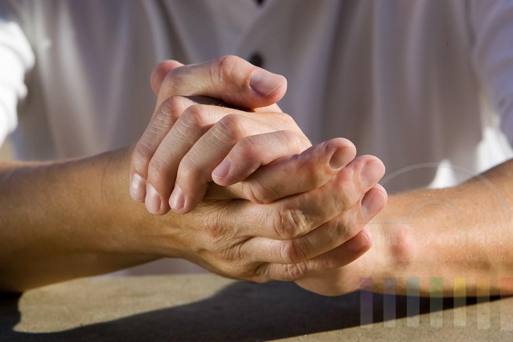 ineinander gelegte, gepflegte Männerhände