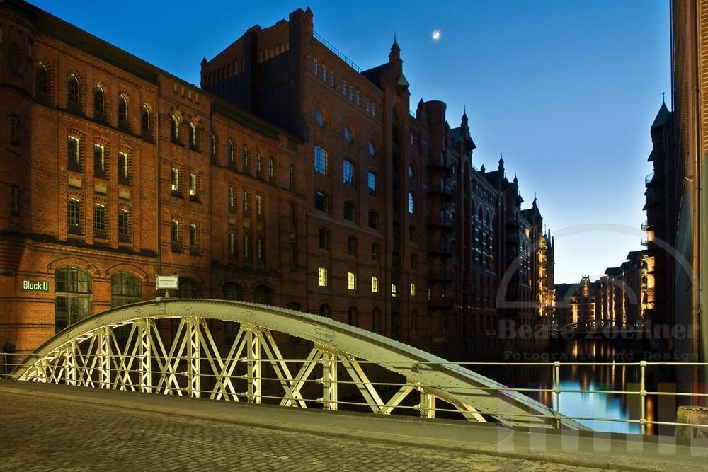 Wandrahmfleet-Brücke in der Hamburger Speicherstadt zur Blauen Stunde