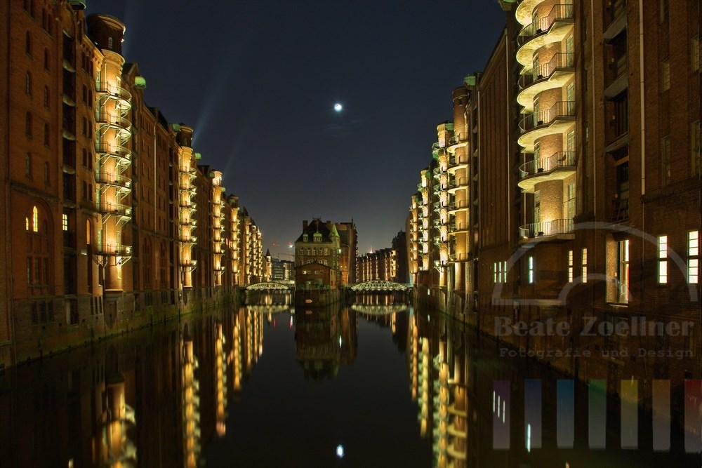 Der Mond steht über den historischen Gebäuden in der Hamburger Speicherstadt