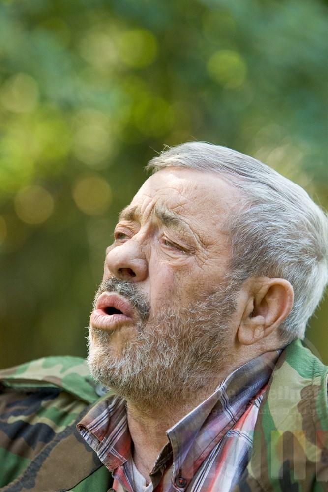 Der Wolfsforscher Werner Freund heult wie ein Wolf - die Tiere im Gehege antworten ihm