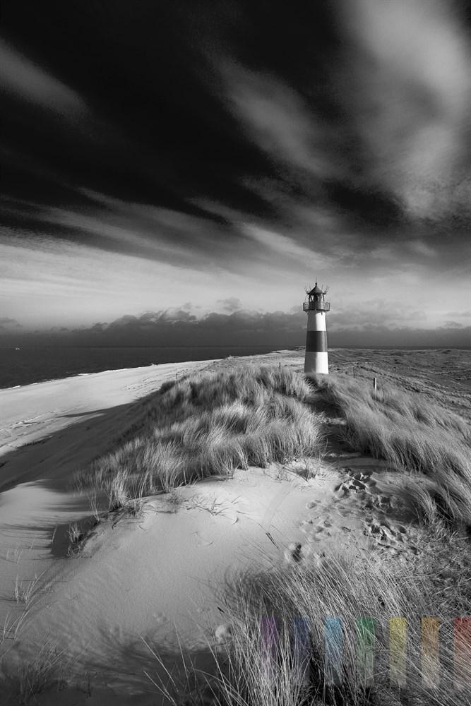 rotweisser Leuchtturm an der Nordspitze der Insel Sylt auf den Dünen