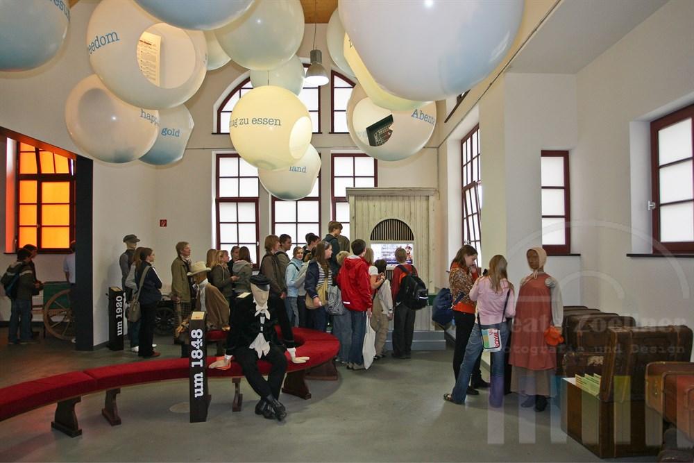 Schulklasse informiert sich im 1. Ausstellungsraum der Ballinstadt
