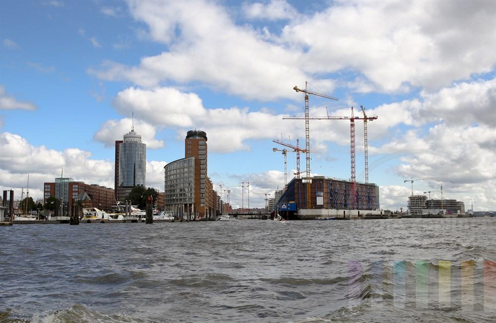 Großbaustelle Elbphilharmonie wasserseits mit Umgebung Hafencity, Speichersstadt und City-Sportboothafen