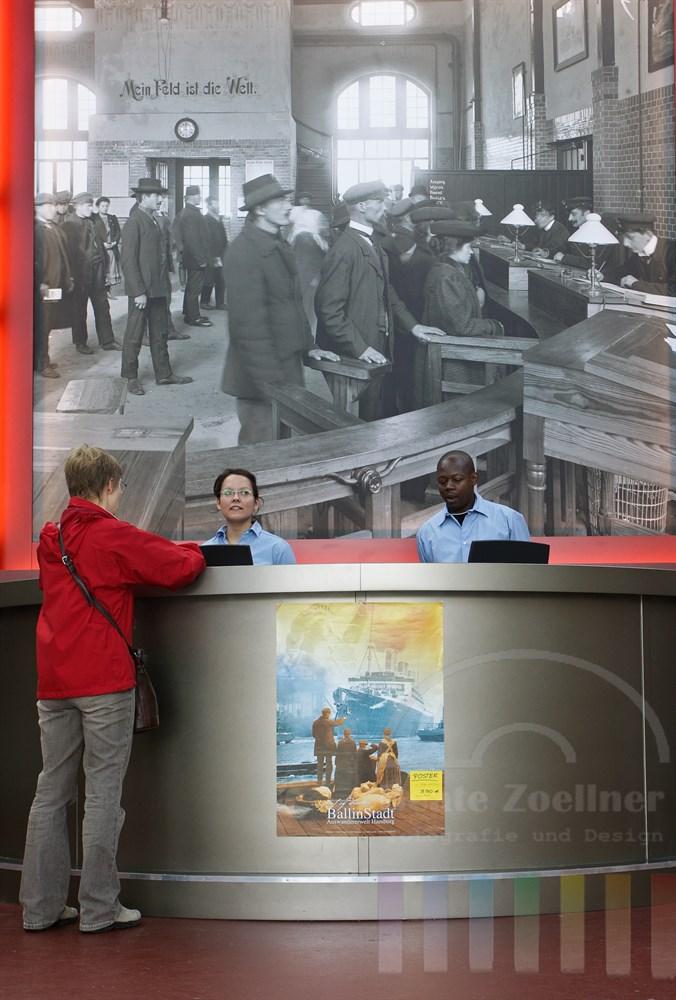 Kasse Ballinstadt mit historischem Foto im Hintergrund