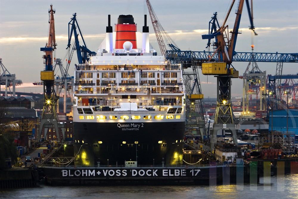 """Luxus-Kreuzfahrtschiff """"Queen Mary 2"""" liegt für einen neuen Farbanstrich im Dock der Hamburger Werft Blohm + Voss, Abenddämmerung"""
