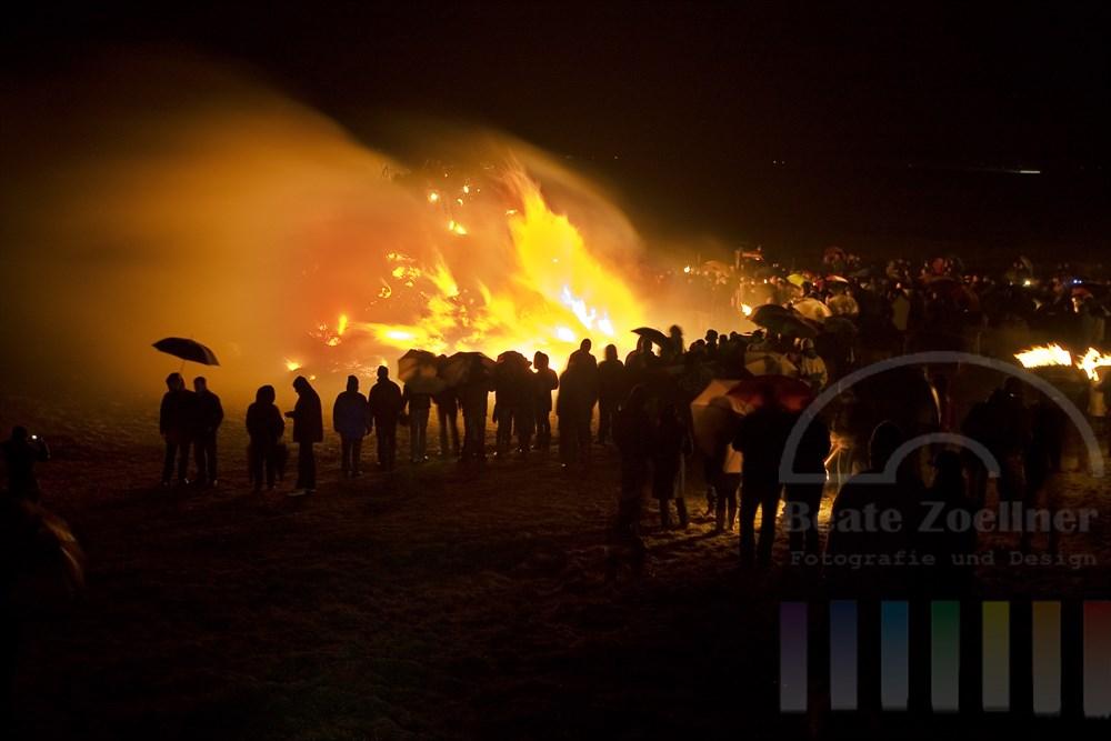 Rund 500 Keitumer und Urlaubsgaeste trotzten stroemendem Regen und kraeftigem Westwind um das traditionelle Biikebrennen zu erleben