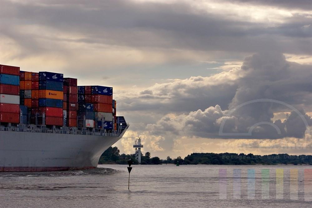 großes Containerschiff verlässt den Hamburger Hafen, hier Höhe Blankenese