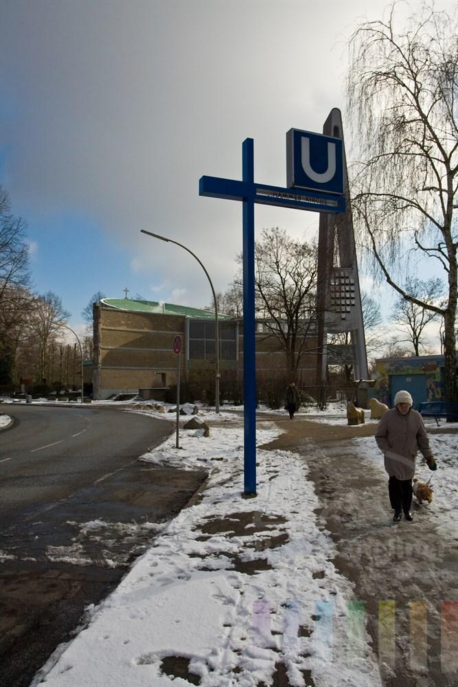 Blick auf die Hammer Kirche im Hamburger Stadtteil Hamm mit Hinweisschild auf die U-Bahnlinie U3