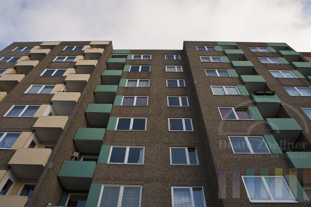 Fassade eines Mehrfamilienhauses in Hamburg-Muemmelmannsberg, das in den 70er Jahren auf der gruenen Wiese geplant und gebaut wurde und heute als sozialer Brennpunkt gilt.