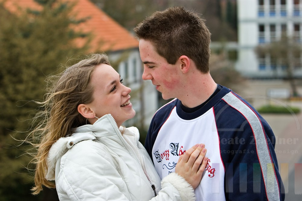 Teenagerpaar schaut sich verliebt in die Augen