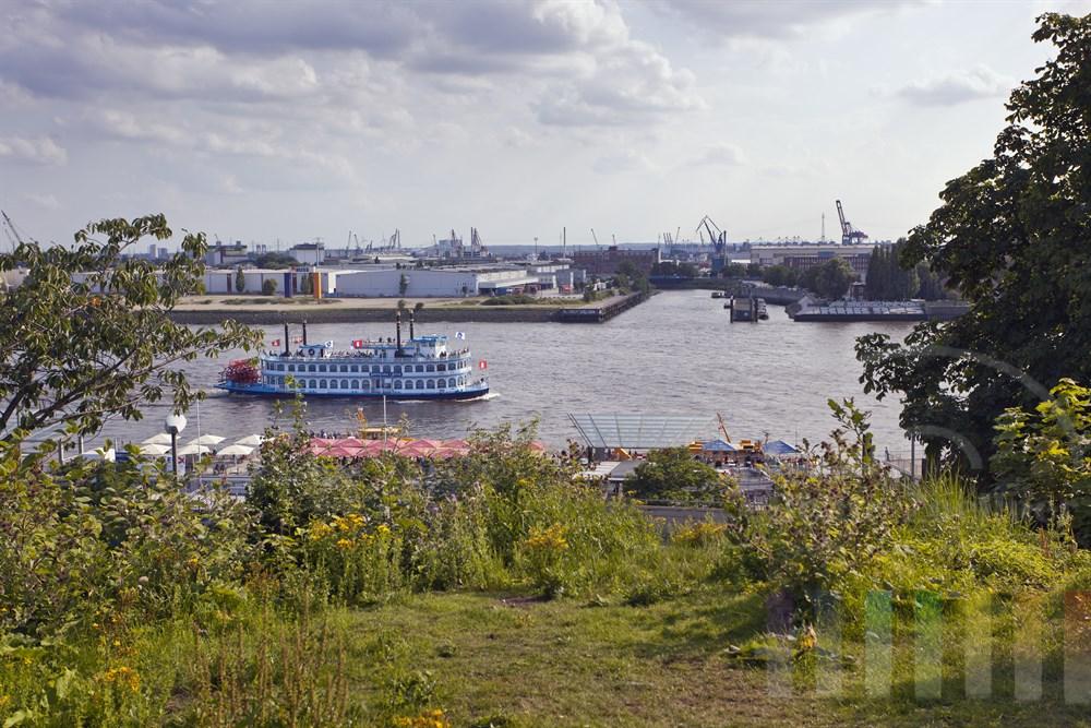 """Blick vom Hamburger Stintfang auf Elbe, Landungsbruecken, Hafen und das Ausflugsschiff """"Louisiana Star"""" , spaetsommerlich"""