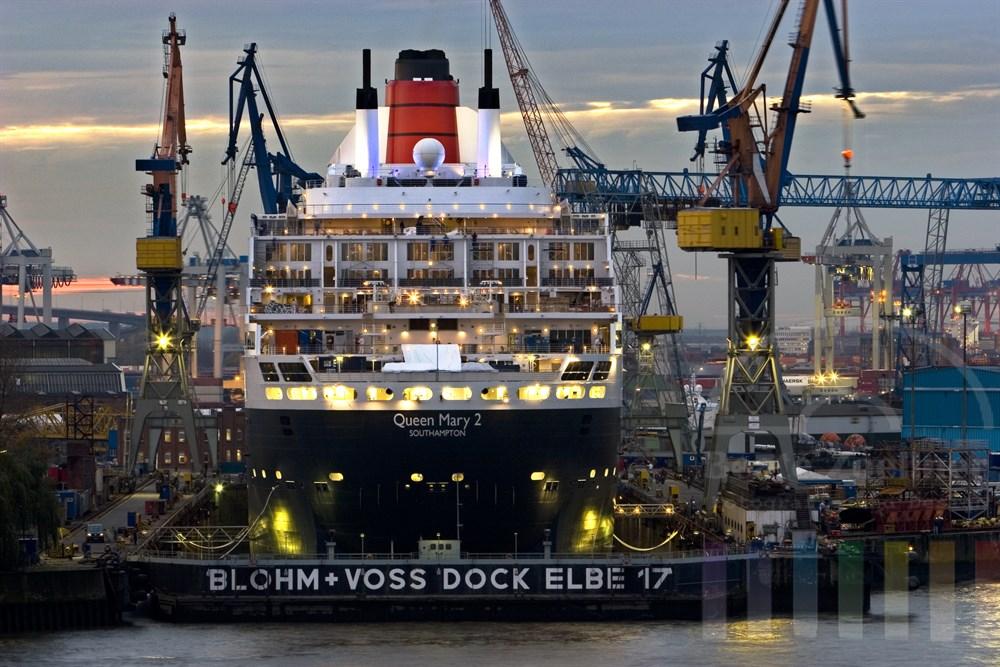 """Das Luxus-Kreuzfahrtschiff """"Queen Mary 2"""" liegt zur Reparatur im Dock der Hamburger Werft Blohm & Voss, Abenddämmerung"""