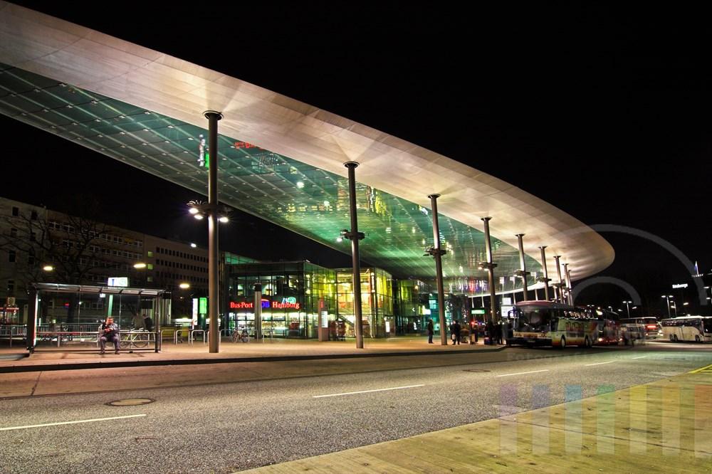 Nachtaufnahme: Der zentrale Omnibusbahnhof in Hamburg