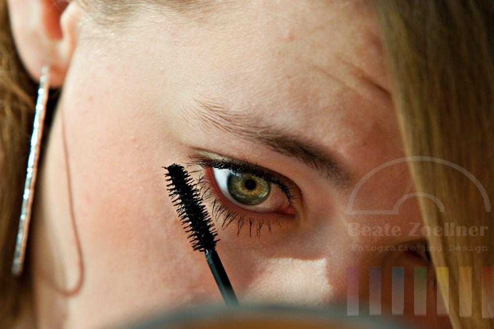 Nahaufnahme: Teenager tuscht sich die Augenwimpern