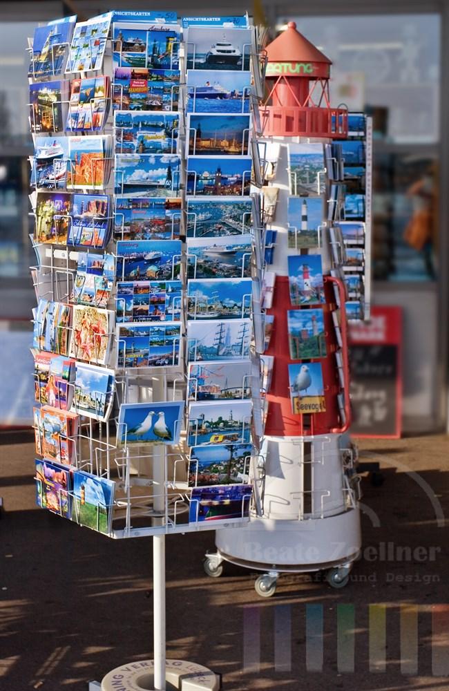 Verkaufsständer mit Postkarten aus Hamburg und Umgebung vor Souvenirshop auf den Hamburger Landungsbrücken