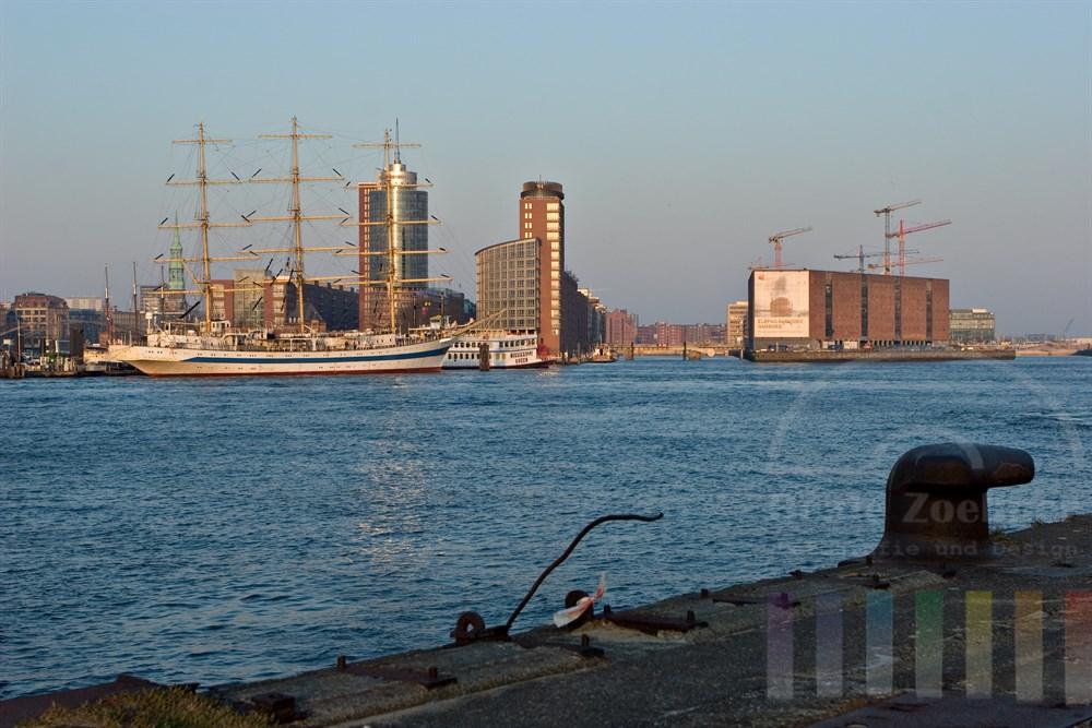 """Blick im Abendlicht vom südlichen Elbufer auf den Hamburger Hafen mit dem Grosssegler """"Mir"""", die historische Speicherstadt und auf die Grossbaustelle Hafencity - hier entsteht die neue Elbphilharmonie"""