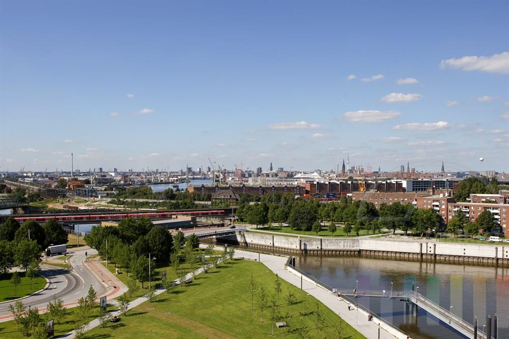Blick vom Hamburger Stadtteil Veddel über den Hafen auf die Skyline der Hansestadt