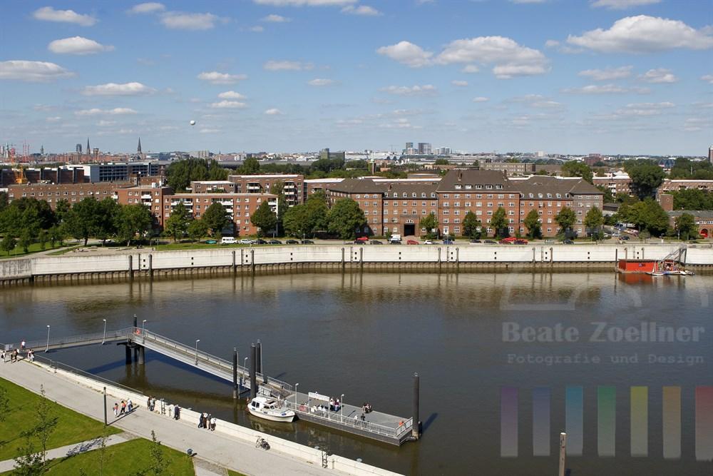 Blick über den Hamburger Stadtteil Veddel auf die Skyline der Hansestadt