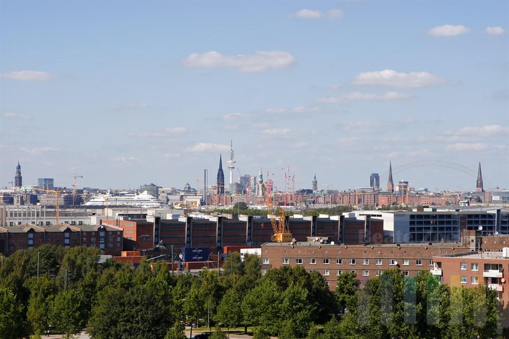 Blick vom Stadtteil Veddel auf die Skyline der Stadt Hamburg