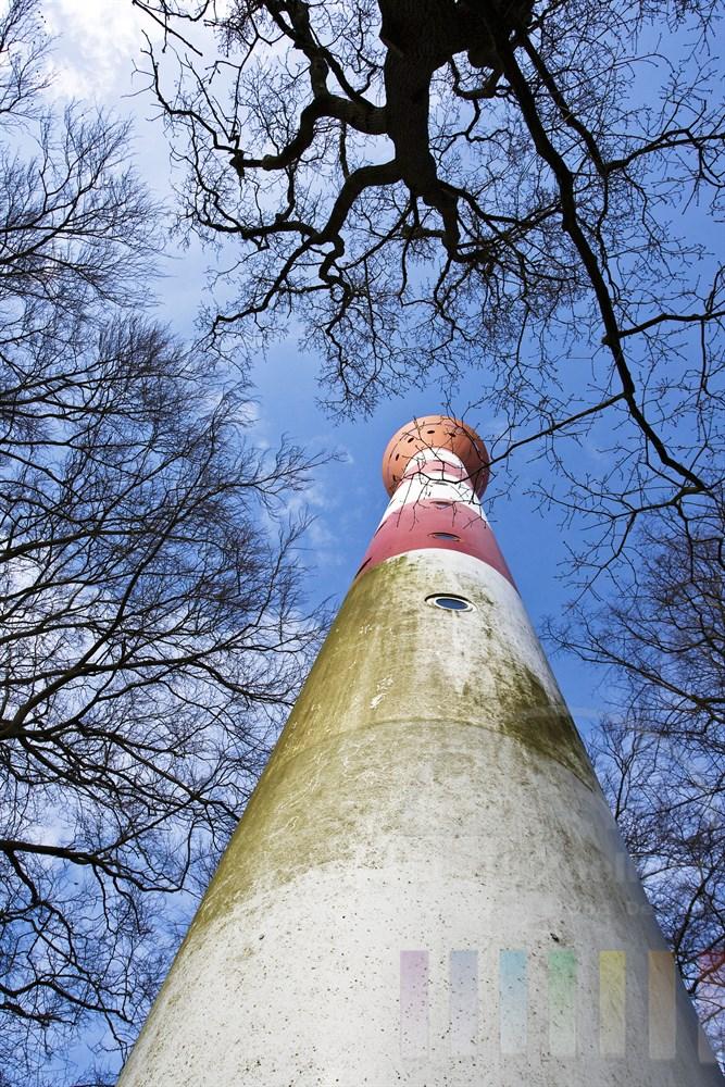 Das Oberfeuer der Blankeneser Leuchttuerme ueberragt die alten Baeume imBaurs Park