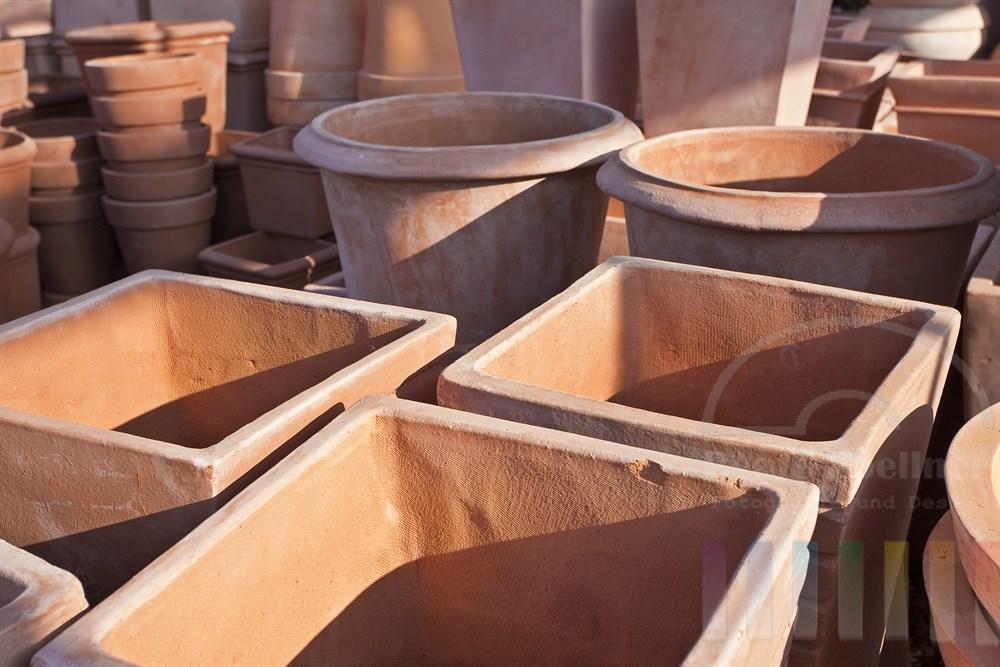 Sortiment von Terrakotta-Gefaessen in verschiedenen Formen