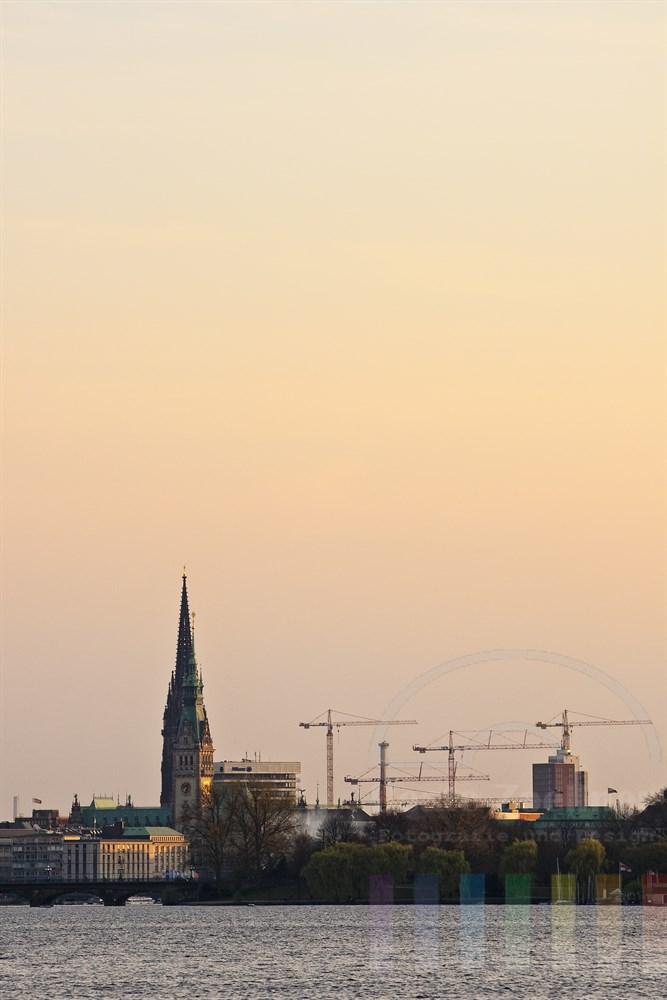 Abendstimmung: Blick von der Aussenalster auf Lombardbrücke, Rathaus und St. Nikolaikirche in der Hamburger City