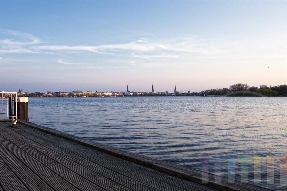 """Abendstimmung im Frühling: Blick vom Bootsanleger """"Schöne Aussicht"""" über die Aussenalster auf die Skyline der Hansestadt Hamburg mit ihren Kirchtürmen,"""