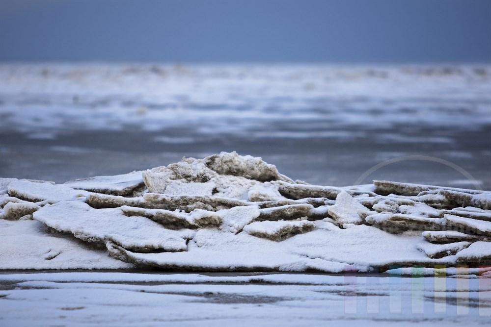 durch die Gezeiten aufgeschobene Eisschollen am Sylter Wattenmeer
