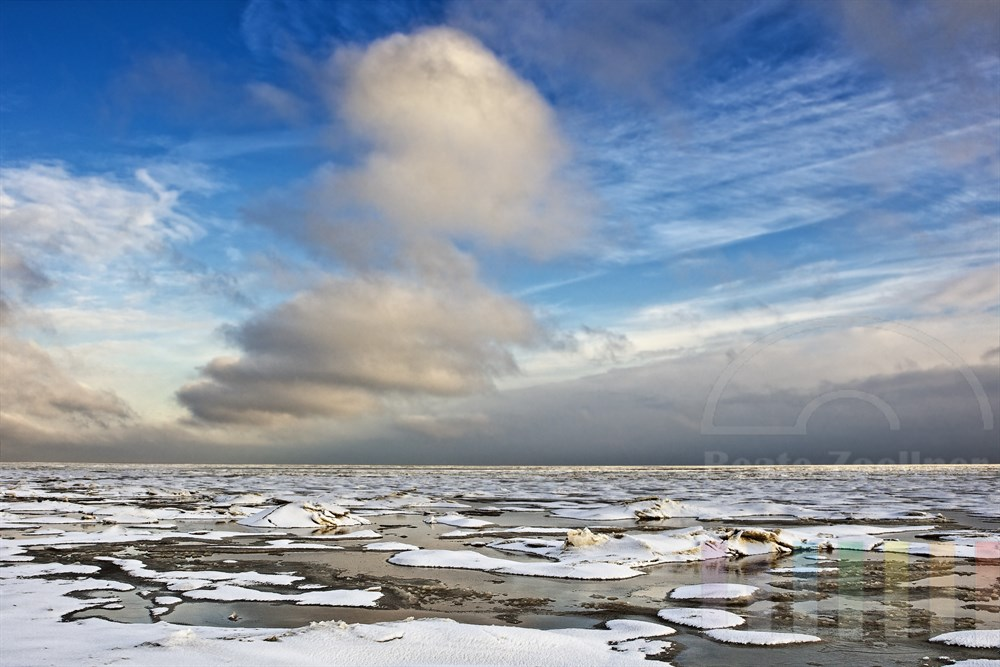 vereistes Wattenmeer vor Sylt mit Schneedecke, blauer Himmel und sonnig