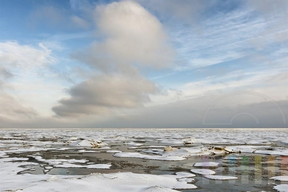 Verschneites und vereistes Wattenmeer bei auflaufend Wasser vor der Küste von Sylt bei Munkmarsch, sonnig