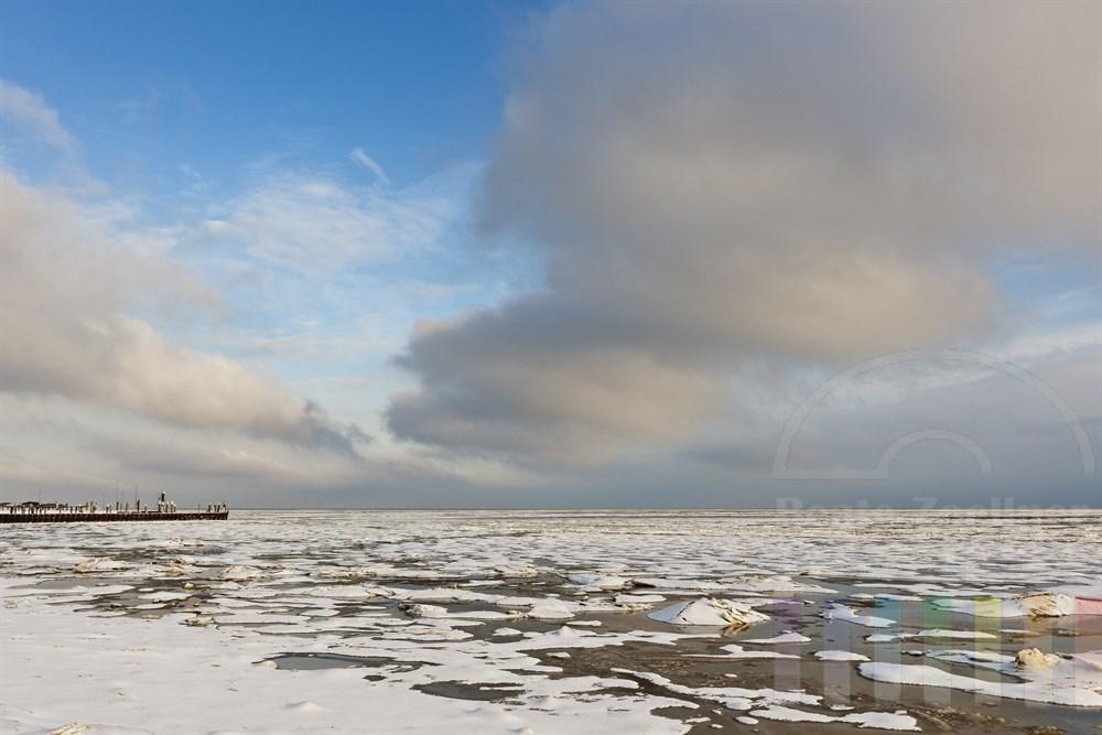 Schneebedeckte Eisschollen am Wattenmeer bei Munkmarsch/Sylt, sonnig.
