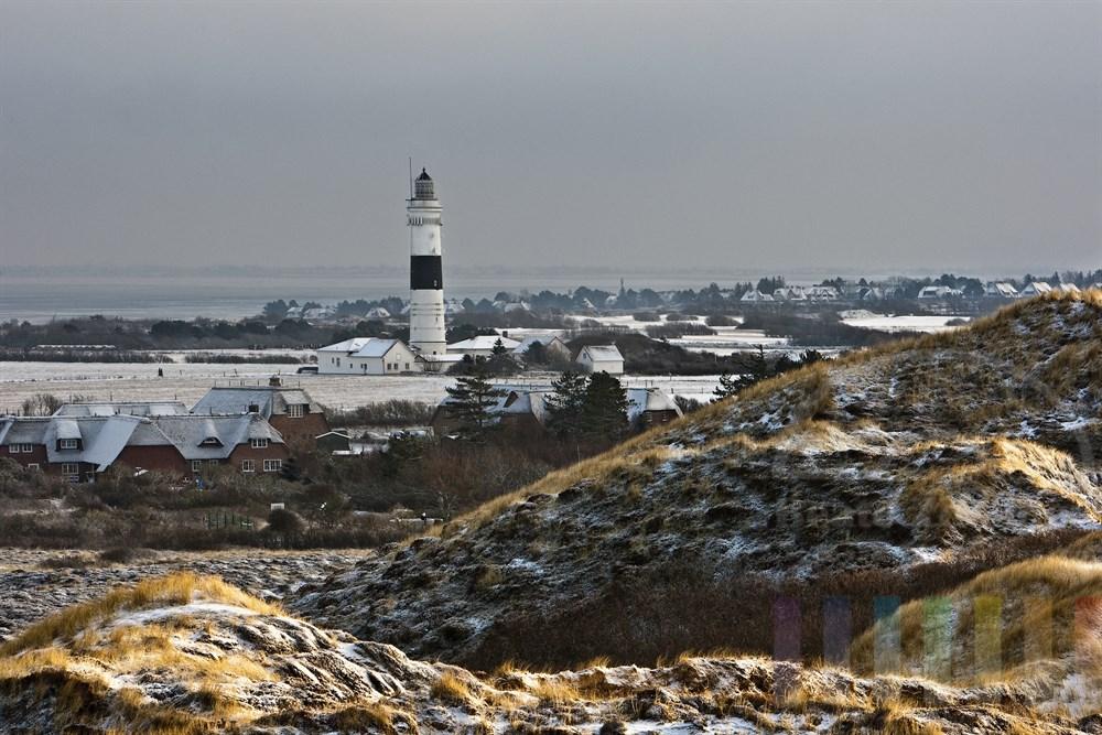 Blick von der Uwe-Düne in Kampen über die verschneite Insel Sylt mit dem Kampener Leuchtturm und dem vereisten Wattenmeer