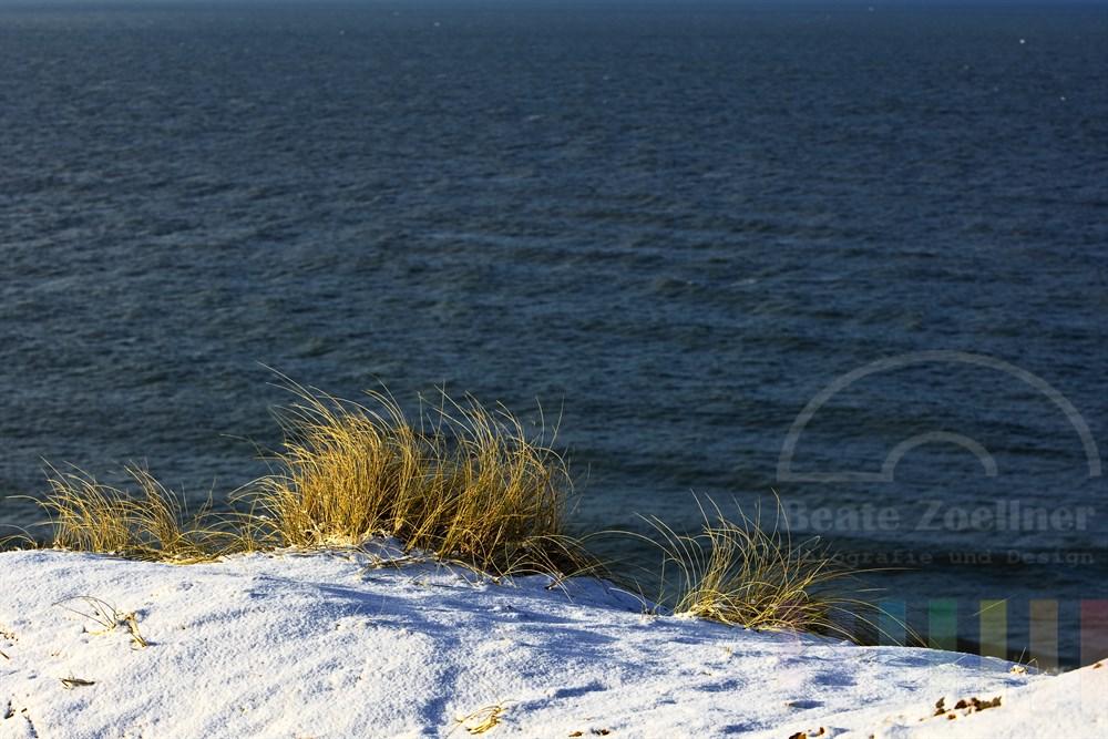Blick vom verschneiten Roten Kliff in Kampen auf die Nordsee, sonnig