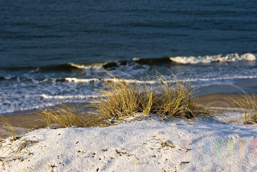 Blick vom verschneiten Roten Kliff in Kampen auf Strand udn Nordseebrandung, sonnig