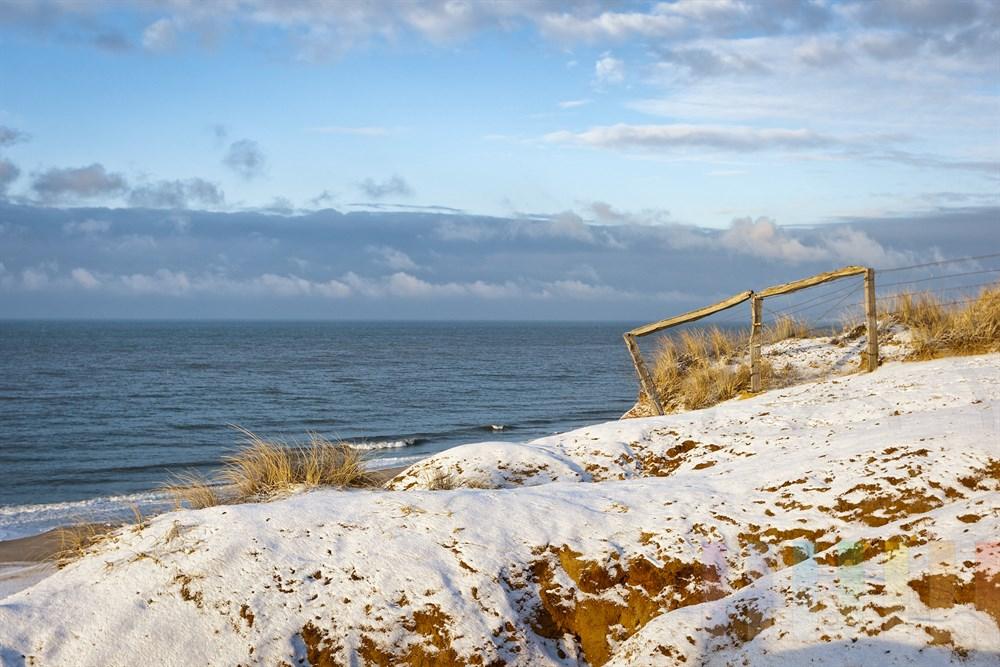 Dünne Schneedecke liegt auf dem Roten Klif in Kampen/Sylt, die Sonne scheint - ein perfekter Wintertag auf der Nordseeeinsel