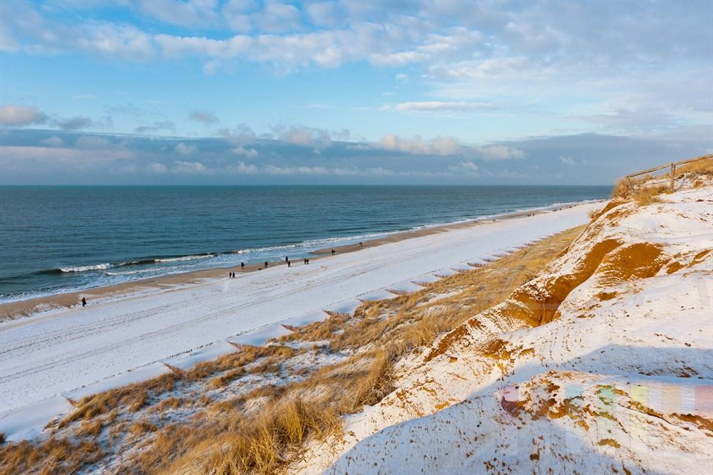 Blick vom schneebedeckten Roten Kliff in Kampen/Sylt auf die Nordsee, sonnig