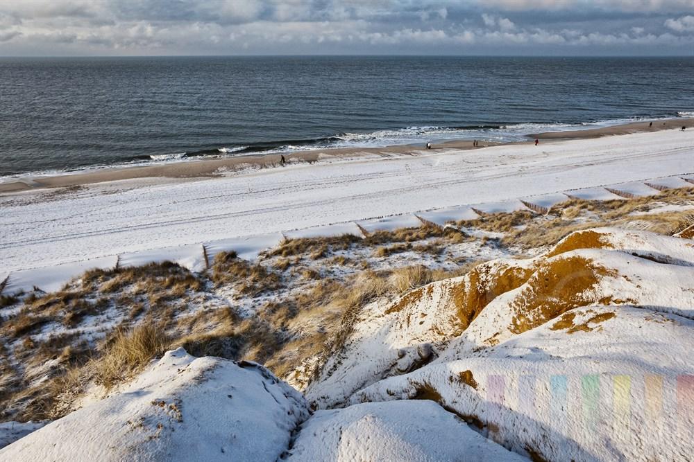 Blick vom verschneiten roten Kliff in Kampen/Sylt auf die Nordsee.