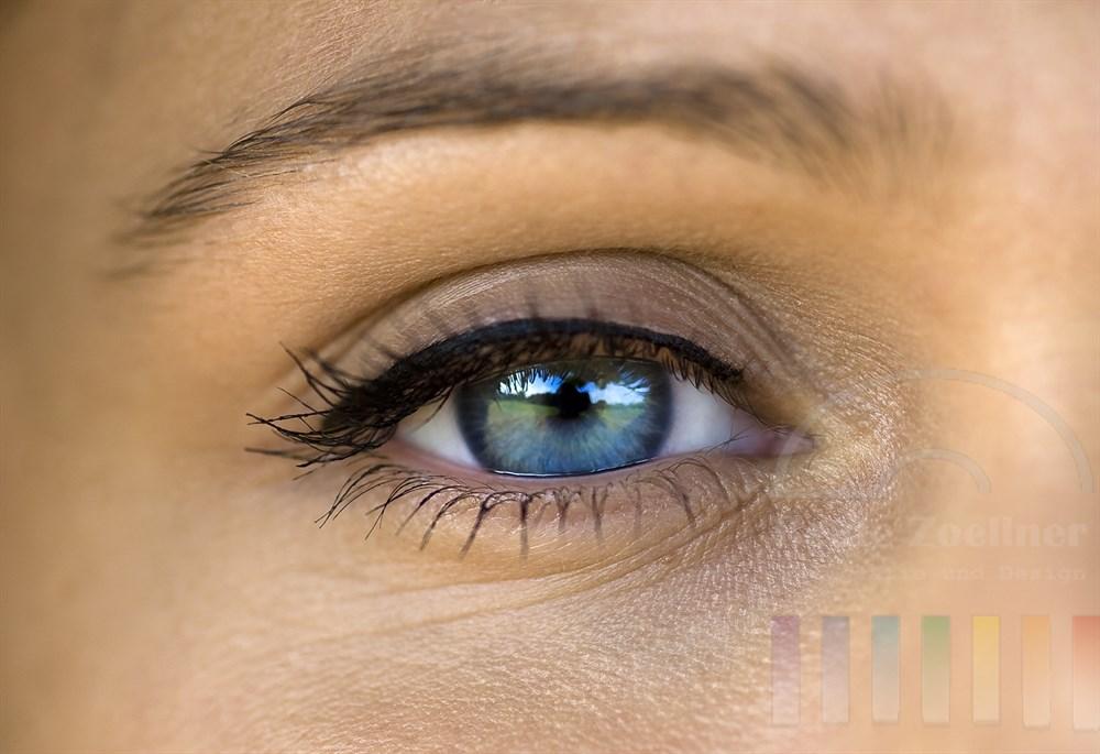 Detail: Auge einer Frau mit blauer Iris