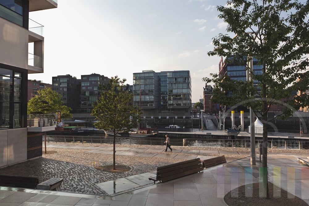 """Blick von der Strasse """"Am Kaiserkai"""" auf den Traditionsschiffhafen und die dahinter liegende Hamburger Speicherstadt an einem Sommerabend"""