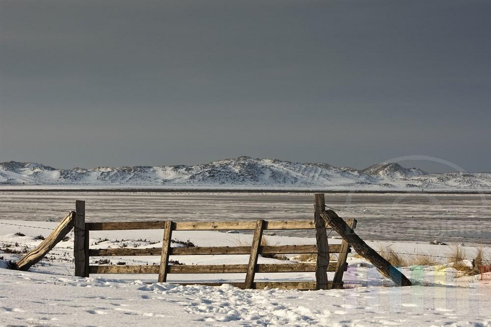 Blick auf die verschneiten Dünen am Sylter Ellenbogen und den vereisten Königshafen im Norden der Insel
