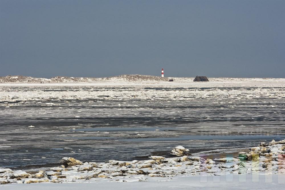 Blick auf den Leuchturm am Sylter Ellenbogen und den vereisten Königshafen im Norden der Insel